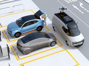 駐車場に配達員が車のトランクを開け、車内配達する同時にドローンも配達する。ラストワンマイルコンセプトの写真素材 [FYI04647197]
