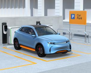 カーシェアリング専用駐車場に充電している電動SUVのイメージの写真素材 [FYI04647204]