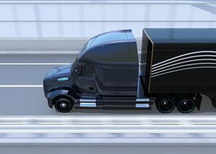 高速道路に走行している黒色燃料電池トラックの側面イメージの写真素材 [FYI04647223]