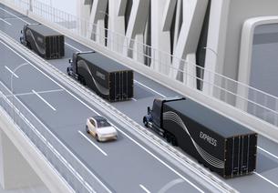 高速道路に隊列走行している黒色燃料電池トラックのイメージの写真素材 [FYI04647229]