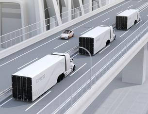 高速道路に隊列走行している白色燃料電池トラックのイメージの写真素材 [FYI04647231]