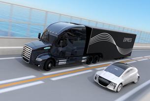 高速道路に隊列走行している燃料電池トラックのイメージの写真素材 [FYI04647234]