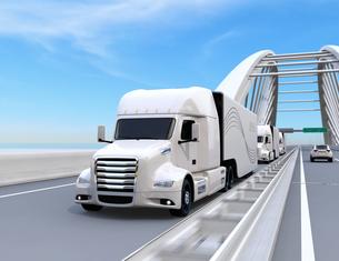 高速道路に隊列走行している白色燃料電池トラックのイメージの写真素材 [FYI04647239]