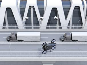 高速道路に隊列走行している燃料電池トラック、配達ドローンと空飛ぶ車のイメージ。物流コンセプトの写真素材 [FYI04647242]