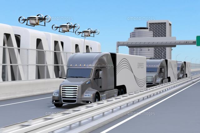 高速道路に隊列走行している燃料電池トラック、配達ドローンと空飛ぶ車のイメージ。物流コンセプトの写真素材 [FYI04647244]