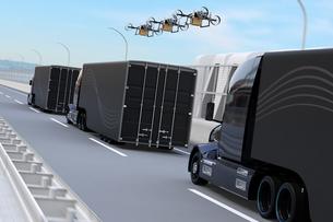 高速道路に隊列走行している燃料電池トラック、配達ドローンと空飛ぶ車のイメージ。物流コンセプトの写真素材 [FYI04647246]