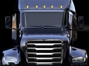 黒バックに黒色の北米仕様燃料電池電動トラックのクローズアップ正面イメージの写真素材 [FYI04647269]