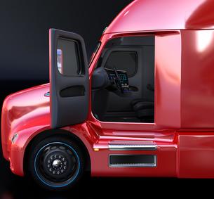 電動トラックキャビンの側面イメージ。ドアが開かれ、ダッシュボードとステアリングが見えるの写真素材 [FYI04647279]