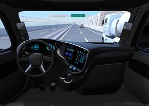 高速道路に走行している自動運転トラックの運手席からみるイメージ。の写真素材 [FYI04647284]
