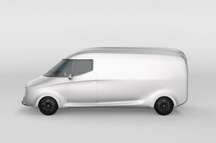 車体にコピースペース入りの白色電動配送ミニバンの側面イメージの写真素材 [FYI04647307]