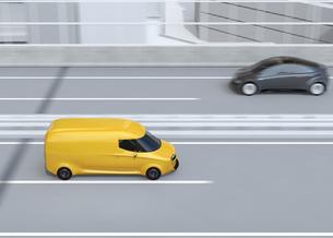高速道路に走行している黄色自動運転電動宅配車。車体にコピースペースありの写真素材 [FYI04647329]