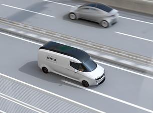 高速道路に走行している白色の自動運転電動宅配車。車体にコピースペースありの写真素材 [FYI04647330]