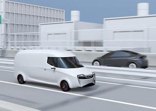 高速道路に走行している白色の自動運転電動宅配車。車体にコピースペースありの写真素材 [FYI04647331]