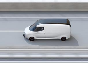 高速道路に走行している白色の自動運転電動宅配車。車体にコピースペースありの写真素材 [FYI04647343]