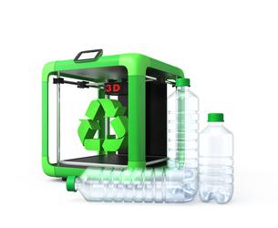 3Dプリンタとペットボトル、リサイクルマークの写真素材 [FYI04647344]