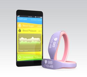 スマートバンドと連携する健康管理アプリの写真素材 [FYI04647411]