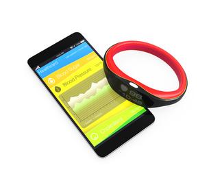 スマートバンドと連携する健康管理アプリの写真素材 [FYI04647412]