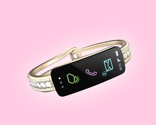 ダイヤの装飾があるスマートバンド、女性向けデジタルアクセサリーのコンセプトの写真素材 [FYI04647477]