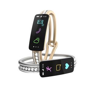 ダイヤの装飾があるスマートバンド、女性向けデジタルアクセサリーのコンセプトの写真素材 [FYI04647481]
