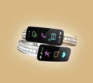 ダイヤの装飾があるスマートバンド、女性向けデジタルアクセサリーのコンセプトの写真素材 [FYI04647488]