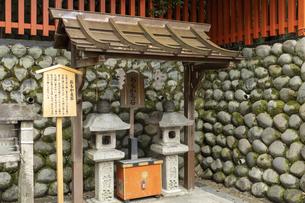 伏見稲荷大社 おもかる石の写真素材 [FYI04647526]