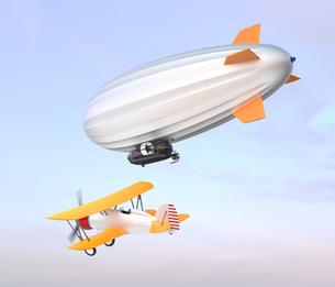 飛行船と複葉機が空を飛ぶの写真素材 [FYI04647536]