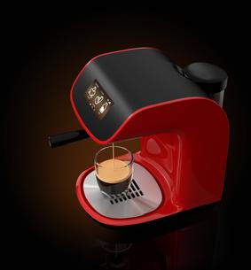 黒い背景の上に浮き上がる赤色のエスプレッソコーヒーメーカーの写真素材 [FYI04647575]