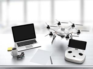 オフィス机にあるノートパソコン、ドローンの写真素材 [FYI04647596]