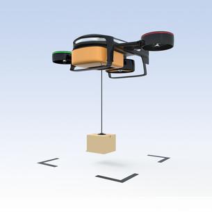 ホバリングするハイブリッドドローンが段ボールの荷物を投下するの写真素材 [FYI04647607]