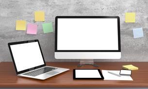 机に置いてあるパソコンとファイル、ブランクスクリーンの写真素材 [FYI04647660]
