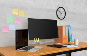 机に置いてあるパソコンとファイルの写真素材 [FYI04647662]