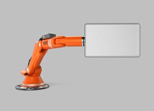サインパネルを持つロボットアームの写真素材 [FYI04647694]