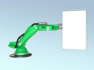 サインパネルを持つ緑色のロボットアームの写真素材 [FYI04647702]
