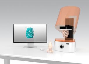 光造形式3Dプリンタとノートパソコン。パソコン画面に3Dモデルが表示されている。の写真素材 [FYI04647704]