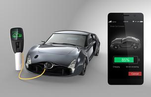 スマホアプリで電気自動車の充電状況をチェックするの写真素材 [FYI04647755]