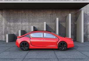 美術館外壁前にある赤色電気自動車の写真素材 [FYI04647773]