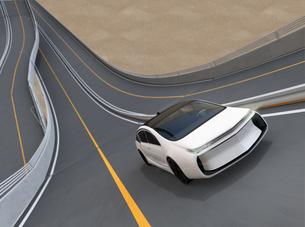 ループ橋に走る白色の電気自動車の写真素材 [FYI04647779]