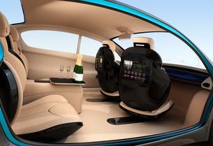 自動運転車のインテリアイメージ。上質なインテリアに回転可能なシートでくつろぎ空間を作るの写真素材 [FYI04647836]