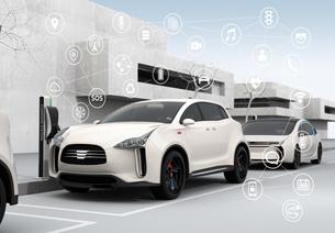 白色の電気自動車と宙に浮かぶアイコン。コネクテッドカーコンセプトの写真素材 [FYI04647851]