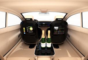 自動運転車のインテリアイメージ。上質なインテリアに回転可能なシートでくつろぎ空間を作るの写真素材 [FYI04647852]