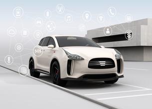 白色の電気自動車と宙に浮かぶアイコン。コネクテッドカーコンセプトの写真素材 [FYI04647855]