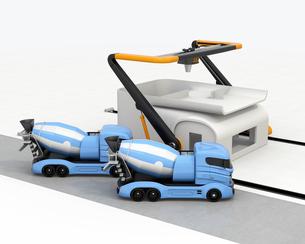 産業用大型3Dプリンタとミキサ車。3Dプリンタで家の外壁をプリントしているの写真素材 [FYI04647862]