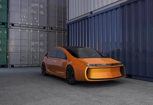 コンテナヤードに止まっているオレンジ色の電気自動車。の写真素材 [FYI04647943]