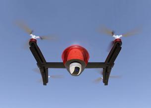 カメラが装備されたドローンが空を飛ぶの写真素材 [FYI04647949]