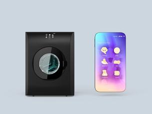 タッチパネル付きの洗濯機とスマートフォン。専用アプリで洗濯コースを設定可能。スマート家電コンセプトの写真素材 [FYI04647961]