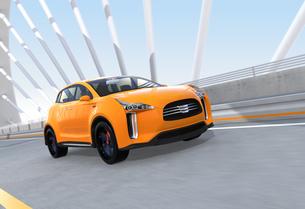 アーチ橋に走行する黄色の電気自動車SUVの写真素材 [FYI04647976]