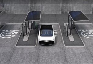 パブリック電気自動車の充電ポイントコンセプト。急速充電器の他、ソーラーパネル、バッテリーも装備の写真素材 [FYI04647989]