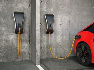 待機中と充電中の家庭用電気自動車充電器のイメージの写真素材 [FYI04647999]