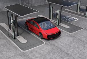 パブリック電気自動車の充電ポイントコンセプト。急速充電器の他、ソーラーパネル、バッテリーも装備の写真素材 [FYI04648000]