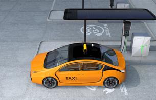 充電中のタクシーの写真素材 [FYI04648006]